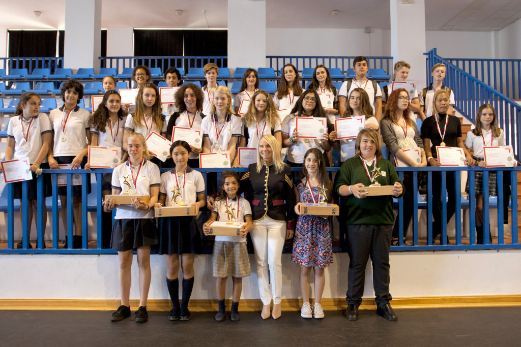 I ragazzi che hanno partecipato al concorso. Nella foto in alto, la proprietaria della Galleria Atrium (al centro), con la direttrice Carla Bordoli Crivelli Visconti